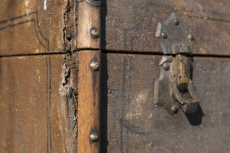 Old weathered retro vintage grunge suitcase handle and metal latch lock closeup Foto de archivo - 129728793