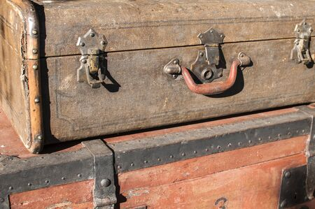 Old weathered retro vintage grunge suitcase handle and metal latch lock closeup Foto de archivo - 129728797