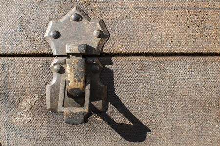 Old weathered retro vintage grunge suitcase metal latch lock closeup Foto de archivo - 129728826
