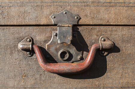 Old weathered retro vintage grunge suitcase handle and metal latch lock closeup Foto de archivo - 129728869
