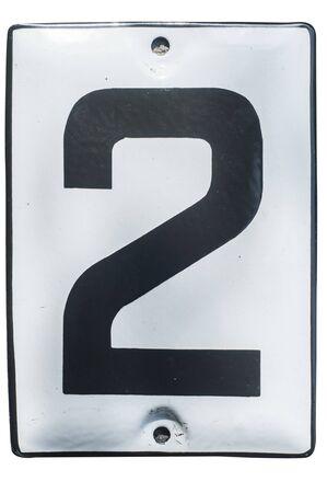 Verwitterte Grunge quadratische emaillierte Metallplatte mit der Nummer der Straßenadresse mit der Nummer 2 Nahaufnahme isoliert auf weißem Hintergrund