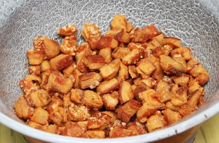 chicharrones: Chicharrones de cerdo en un plato - fotograf�a de alimentos