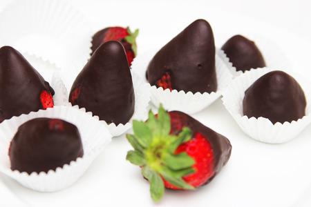 chocolate covered strawberries: Fresas cubiertas de chocolate - fotograf�a de alimentos