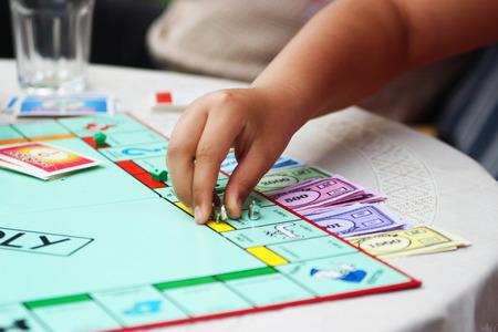 monopolio: Blanca mano Niño jugando a un juego - Actividad fotografía