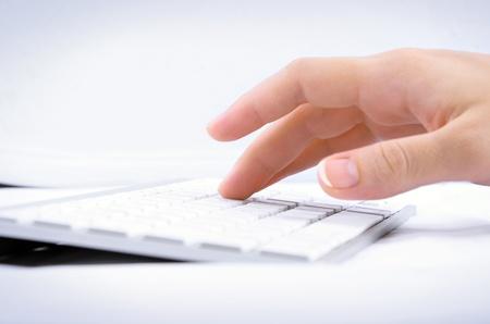 teclado: Mujer mano escribiendo en el teclado de computadora Foto de archivo