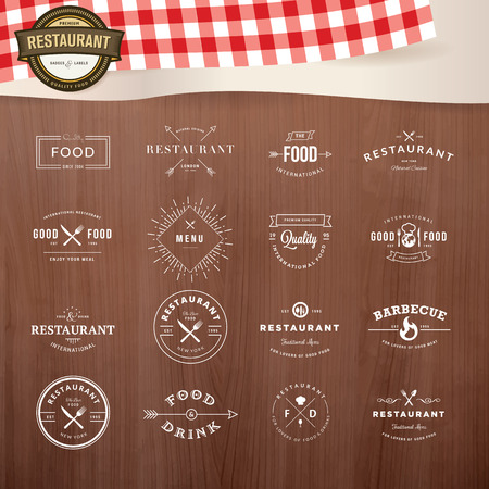 Conjunto de elementos de la vendimia del estilo para las etiquetas y distintivos para restaurantes, con textura de madera y elementos de restaurante inventario en el fondo
