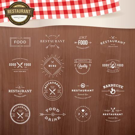 voedingsmiddelen: Set van vintage stijl elementen voor etiketten en insignes voor restaurants, met houtstructuur en elementen van restaurant inventaris op de achtergrond