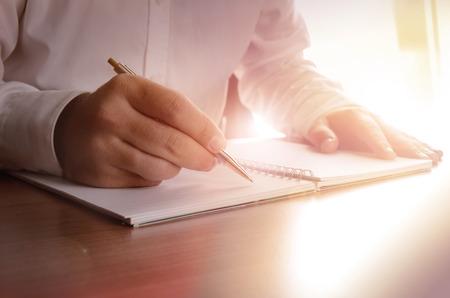 ノートに書くビジネスマンの概念。イメージは、背景、バナー、販促資料、広告、プレゼンテーション テンプレートの使用することができます、印 写真素材
