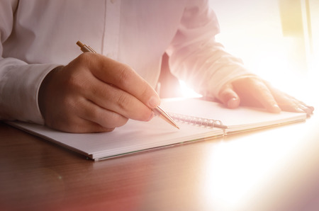 persona escribiendo: Concepto de un hombre de negocios por escrito en un cuaderno. La imagen se puede utilizar para el fondo, bandera del Web site, materiales promocionales, plantillas de presentaci�n, publicidad y materiales impresos. Foto de archivo