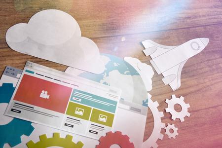 Concept de développement de site Web et de référencement pour le développement et l'optimisation de sites Web et de sites Web mobiles, développement d'applications, optimisation de la conception en réactivité, réseaux et médias sociaux, commerce électronique, cloud computing Banque d'images - 77088461