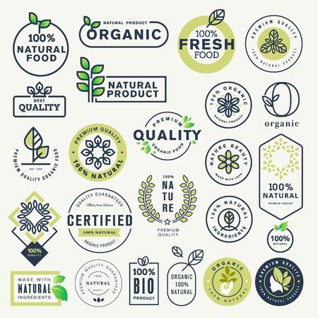Satz Etiketten und Aufkleber für Bio-Lebensmittel und -Getränke sowie Naturprodukte. Vektorillustrationskonzepte für Webdesign, Verpackungsdesign, Werbematerial. Vektorgrafik