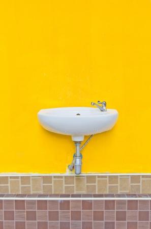 basin white on Wall yellow