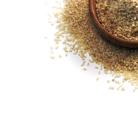 sezam: Ziarna sezamu w drewnianą miskę na białym - kopia miejsca