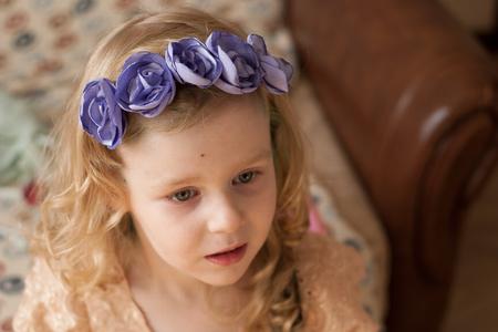 bebes niñas: niña con flores en la cabeza