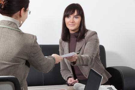 work together: twee zaken vrouwen met een bijeenkomst op het kantoor