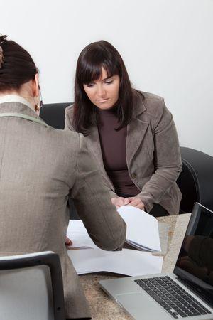 zwei Business-Frauen, die eine Besprechung im Büro