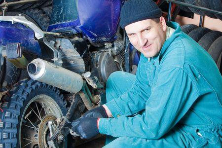 Mechaniker ändern Autoreifen in garage