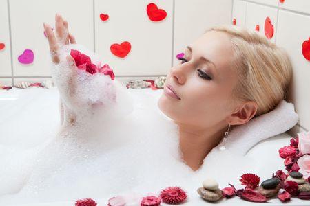 junge Erwachsene blonden Frau mit Spa in Bad