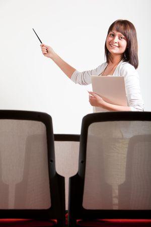 Frau eine Präsentation in Klasse, zeigen Links mit Stift an board