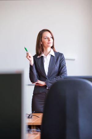 Frau machen eine Präsentation in Klasse