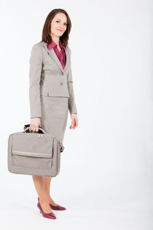 einen Computer-Fall in rechten Hand halten Geschäftsfrau