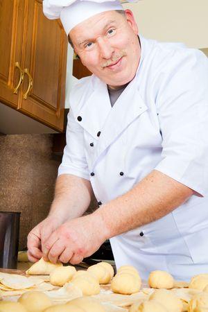 Kochen Sie forming Kuchen aus raw pastry