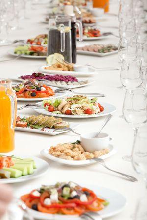 lange serviert Restaurant-Tabelle mit Snacks und Salate Standard-Bild