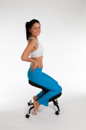 Frau Streigt auf orthopädischen Stuhl, vertikale