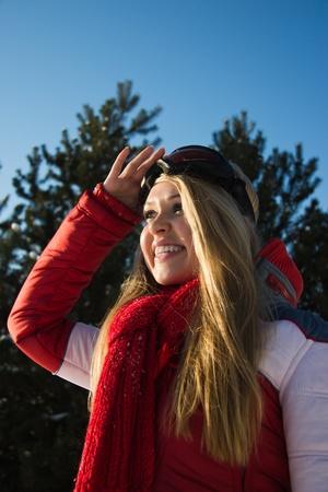 sport wear: mujer joven rubia en el deporte de invierno desgaste mirando el horizonte