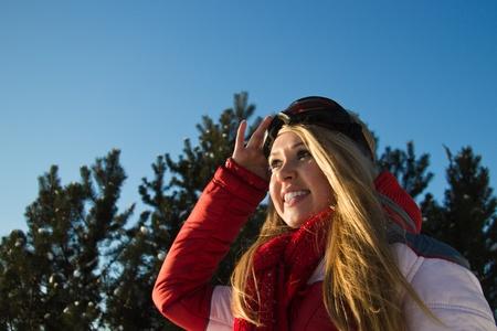 junge, blonde Frau im Winter Sport tragen am Horizont suchen