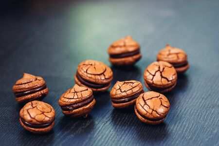 tasty chocolate sandwich cookies on wooden background close-up. Banque d'images - 132097250