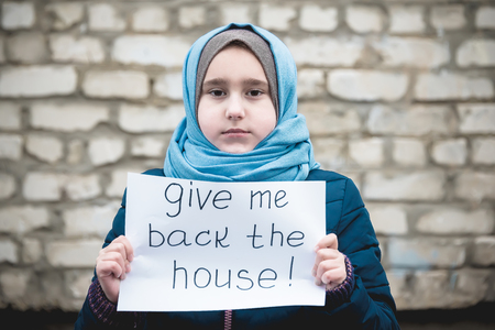 refugee girl with an inscription 版權商用圖片