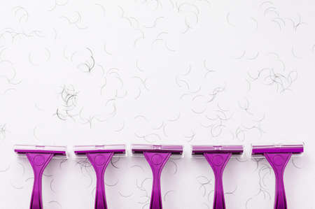 Purple shaving machine on a white background. The concept of hygiene. Place for the label. Close-up. Banque d'images