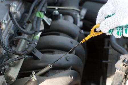 定期的な車のメンテナンスのエンジン オイルをチェックします。
