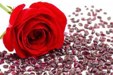 Rouge rose et grenats bruts sur fond blanc