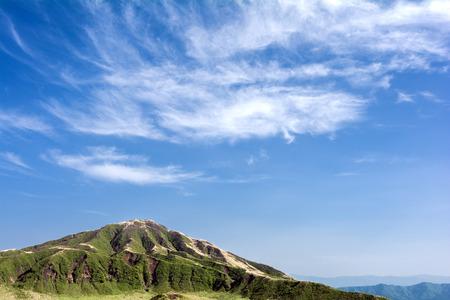 gradual: Gradual monta�a tri�ngulo bajo el cielo azul con nubes
