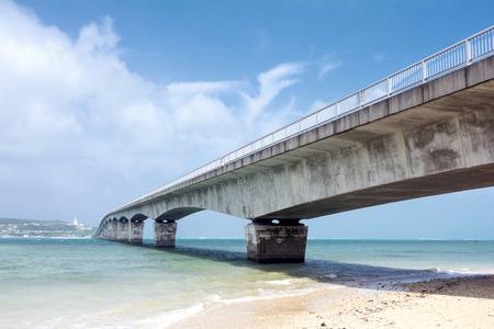 subtropics: Ponte che collega isola e subtropicali del mare sotto il cielo blu