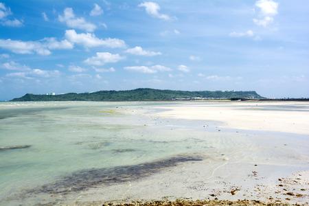 subtropics: Subtropicali secche e isola verde sotto il cielo blu
