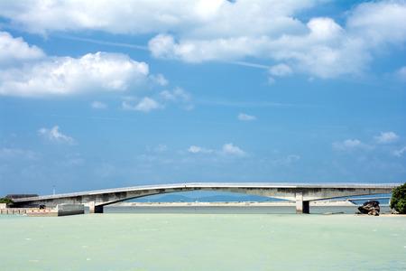 subtropics: Mare verde e il ponte sotto il cielo blu in subtropics Sud Giappone