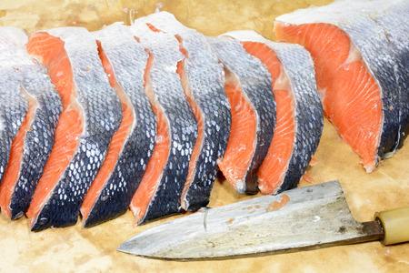 cuchillo de cocina: filetes de salmón con sal y un cuchillo de cocina japonesa