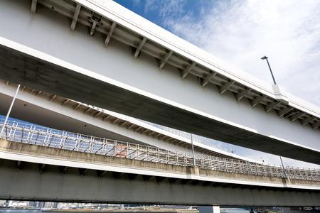 schlagbaum: Close up überlappten Autobahn in Tokio unter Himmel