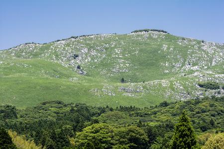 topografia: Karst colina topografía y bosque verde bajo el cielo azul