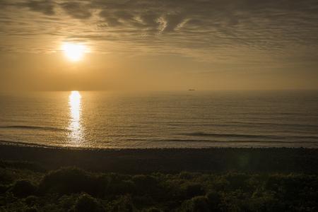 이키 쓰키 섬의 파도 해변과 가라 앉는 태양