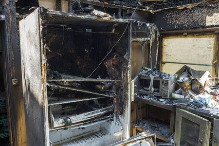 Le réfrigérateur a brûlé dans un incendie et la porte est tombée