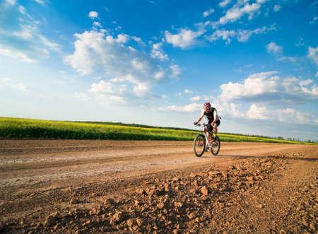 ciclismo: hombre de extrema bicicleta al atardecer