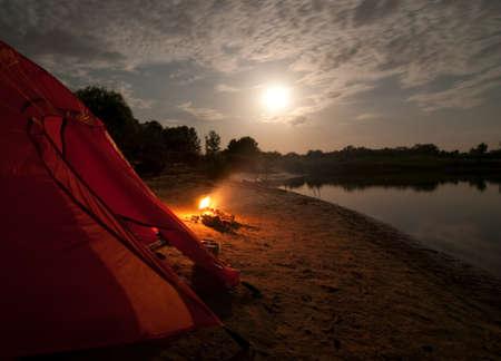 obóz: namiot i ognisko w nocy