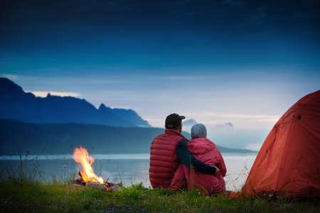 pareja con tienda de campaña cerca de playa