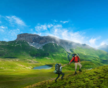 couple hiking in mountains Imagens