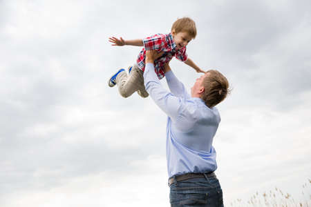 otec: otec se synem baví