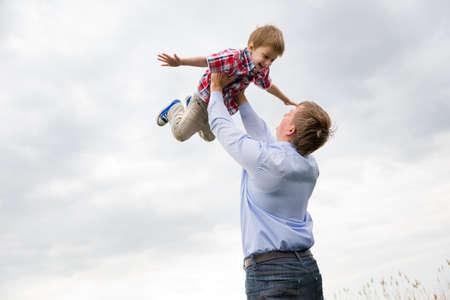 apoyo familiar: padre con el hijo que se divierten